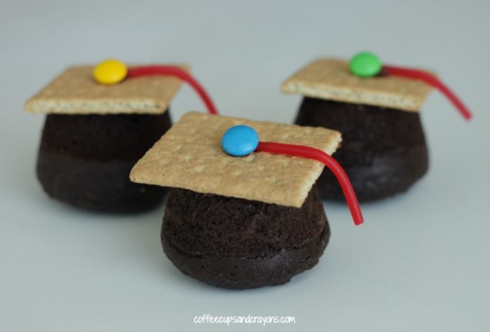 Celebrate Kindergarten or Preschool Graduation with These Sweet Graduation Cap Cupcakes!
